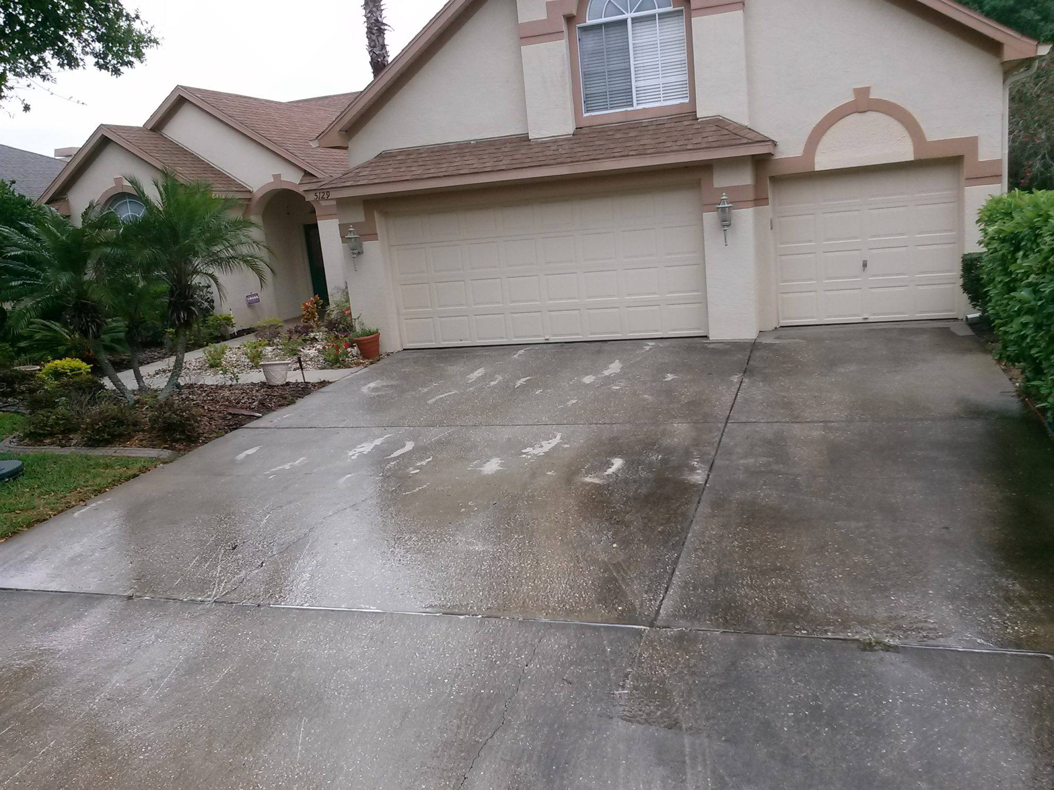 Pressure washing palm harbor pressure washing gutter cleaning for Best way to clean cement driveway
